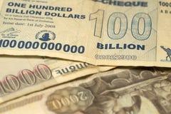 Uniek hyperinflation van Zimbabwe Bankbiljet honderd miljard Dollars in het Detail, 2008 stock foto