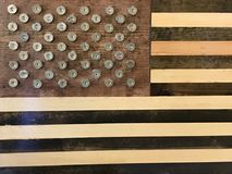 Unieke Amerikaanse die Vlag van Hout en 12 Shells van het Maatjachtgeweer wordt gemaakt Stock Foto