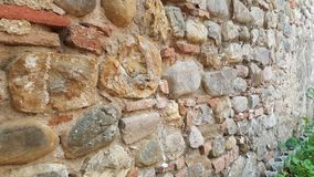 Unieke architectonische uitstekende muur van bakstenen in een kasteel Toscanië Italië stock fotografie