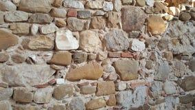 Unieke architectonische uitstekende muur van bakstenen in een kasteel Toscanië Italië stock foto's