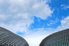 Unieke architectuur tegen hemelachtergrond stock afbeeldingen
