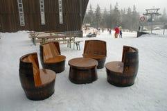Unieke die stoelen en lijst van oude houten vaten worden gemaakt Stock Afbeelding