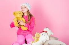 Unieke gehechtheid aan gevulde dieren Van de de greepteddybeer van het kind klein meisje speels de pluchestuk speelgoed De teddyb stock afbeelding