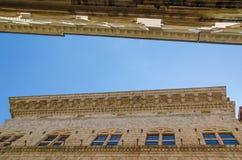 Unieke mening over historische stadsgebouwen omhoog naar de hemel, Siena, Italië, Europa royalty-vrije stock afbeelding