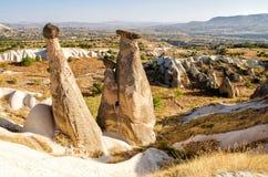 Unieke rotsvormingen dichtbij Urgup, symbool van Cappadocia, populaire plaats in Turkije stock foto