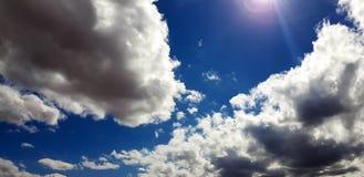 Unieke roze/purpere/blauwe hemel met wolkenvorming Royalty-vrije Stock Foto's