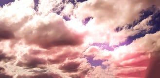Unieke roze/purpere/blauwe hemel met wolkenvorming Stock Fotografie