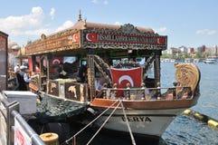 Unieke verfraaide boot verkopende maaltijd in Istanboel stock afbeelding