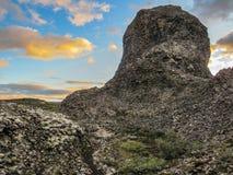 Unieke zuilvormige rotsvormingen, radiale regeling in Vesturdalur, Asbyrgi, met dramatische hemel bij ten noordoosten van IJsland royalty-vrije stock afbeelding