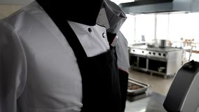 Unifor del cocinero en restaurent rico metrajes