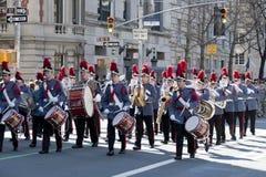 In uniform Band in St. de Parade van de Dag van het Klopje Stock Afbeeldingen