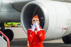 Uniforme affascinante di Dressed In Red dell'hostess La Russia, St Petersburg 10 agosto 2017 Fotografia Stock