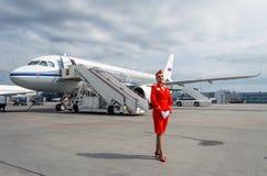 Uniforme affascinante di Dressed In Red dell'hostess La Russia, St Petersburg 10 agosto 2017 Fotografia Stock Libera da Diritti