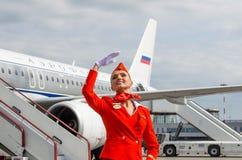 Uniforme affascinante di Dressed In Red dell'hostess La Russia, St Petersburg 10 agosto 2017 Fotografie Stock