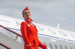 Uniforme affascinante di Dressed In Red dell'hostess La Russia, St Petersburg 10 agosto 2017 Immagini Stock