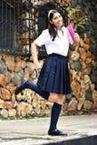 Uniforme colombiano lindo de Running Wearing School de la estudiante foto de archivo