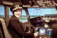Uniforme d'uso pilota della bella donna fotografia stock