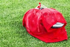 Uniforme da prática do futebol com as almofadas completas prontas para a ação Imagens de Stock Royalty Free