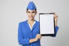 Uniforme de Dressed In Blue de la azafata con el espacio en blanco vacío en manos Imágenes de archivo libres de regalías