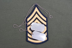 Uniforme dell'esercito americano con le medagliette per cani e la vegetazione lussureggiante in bianco di sergente Fotografia Stock Libera da Diritti