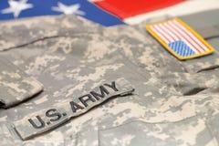 Uniforme dell'esercito di U.S.A. sopra la bandiera degli Stati Uniti - colpo dello studio Immagini Stock Libere da Diritti