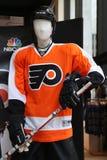 Uniforme di Philadelphia Flyers su esposizione al deposito del NHL nel Midtown Manhattan Immagine Stock