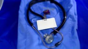 Uniforme dos cuidados médicos com crachá de nome Imagens de Stock