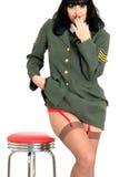 Uniforme joven atractivo fresco atractivo de Pin Up Model In Military del vintage con la correa y las medias de liga Fotografía de archivo