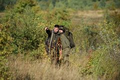 Uniforme militaire Qualifications de chasse et équipement d'arme Comment chasse de tour dans le passe-temps Amitié des chasseurs  images stock
