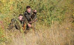Uniforme militaire Qualifications de chasse et ?quipement d'arme Comment chasse de tour dans le passe-temps Amiti? des chasseurs  photo stock