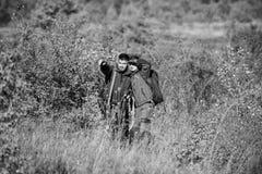 Uniforme militaire Qualifications de chasse et ?quipement d'arme Comment chasse de tour dans le passe-temps Amiti? des chasseurs  image libre de droits