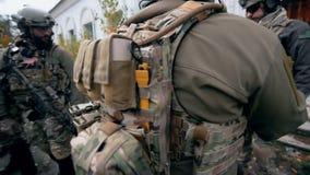 Uniforme militar en el soldado almacen de metraje de vídeo