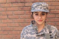 Uniforme que lleva del soldado de sexo femenino del Ejército de los EE. UU. fotografía de archivo