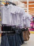 Uniforme scolaire thaïlandais pour la vente photographie stock libre de droits