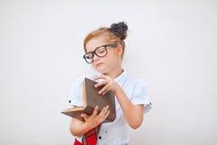 Uniforme scolastico della ragazza abbastanza teenager e borsa di scuola d'uso Istruzione Colpo dello studio Immagini Stock