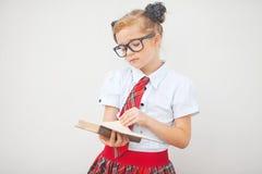 Uniforme scolastico della ragazza abbastanza teenager e borsa di scuola d'uso Istruzione Colpo dello studio Fotografie Stock Libere da Diritti