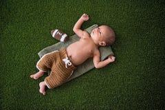 Uniforme vestindo do futebol do bebê recém-nascido imagem de stock royalty free