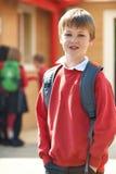 Uniforme vestindo do menino que está no campo de jogos da escola Fotos de Stock Royalty Free