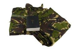 Uniforme y biblia del camuflaje del ejército Foto de archivo libre de regalías