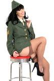 Uniforme y medias jovenes coquetos atractivos lascivos de Pin Up Model In Military del vintage Imagen de archivo libre de regalías