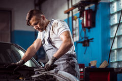 Uniformed mechanic in service station Royalty Free Stock Photos