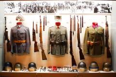 Uniformen auf Bildschirmanzeige im Museum Stockbilder
