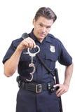 Uniformierte Polizeibeamteholdinghandschellen Stockbild