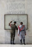 Uniformierte Soldaten am Berg Samat Shrine stockfoto