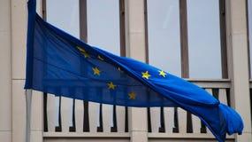 Unii Europejskiej flaga na tle budynek zdjęcie stock