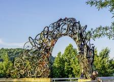 Unik båge som göras av cyklar längs Tennessee River Fotografering för Bildbyråer