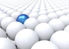 Unik boll som ut står - blått Arkivbild