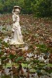 Unik kinesisk staty i ett damm med Lily Pads Royaltyfria Foton