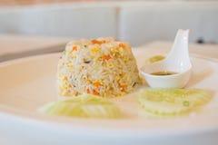 Unik stekte risservar för stil thailändsk räka Arkivfoto