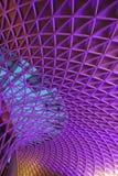 Unik struktur på folkhop av den London konungen Cross Railway Station arkivbilder